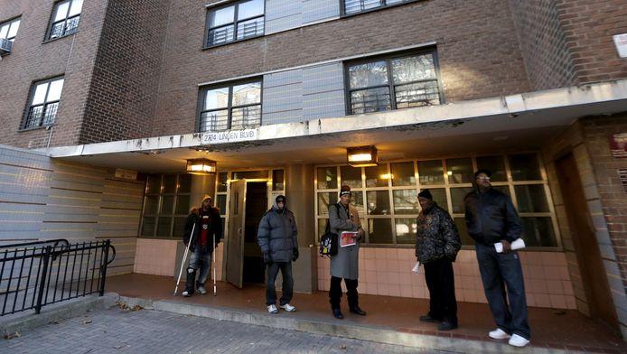 Bewoners van het appartementsgebouw waar Akai Gurley werd neergeschoten.