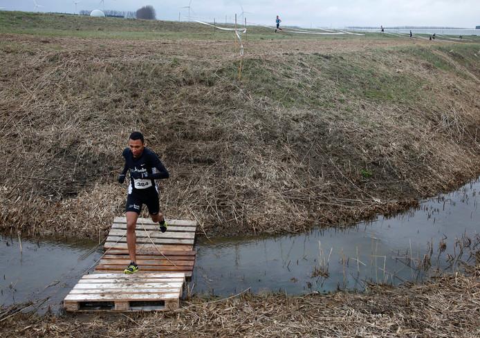 Yunis Stitan gaat onbedreigd aan de leidng in de Scheldesportcross van vorig jaar.