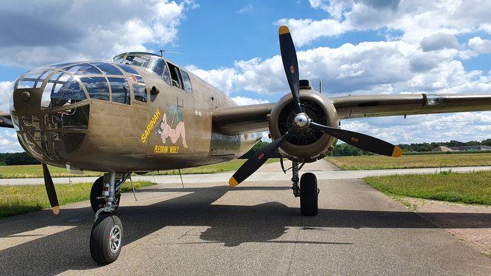 De B-25 Mitchell bij de terugkeer op de vliegbasis afgelopen zaterdag. Het is een van de oude vliegtuigen die Historische Vlucht van de Koninklijke Luchtmacht vliegend houdt. Afgelopen weekend zorgde het toestel voor overlast, maar ook plezier.
