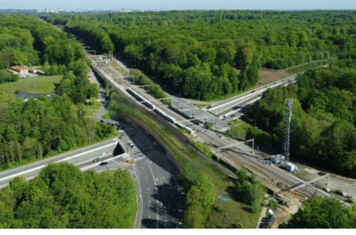 Een illustratie van hoe het eco-recreaduct aan de spoorwegbrug in Groenendaal gebouwd zal worden.