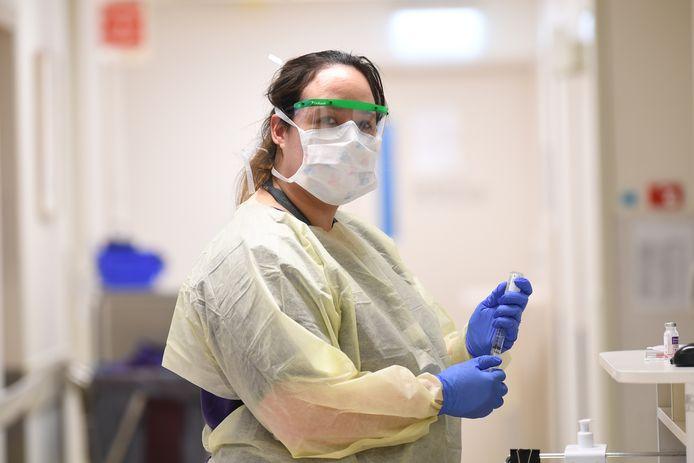Tien cliënten van het revalidatiecentrum van tanteLouise in Bergen op Zoom zijn besmet met het coronavirus. Ze worden op een aparte cohort-afdeling verzorgd door personeel in beschermende werkkleding. De vrouw op de foto is geen medewerkster van tanteLouise.