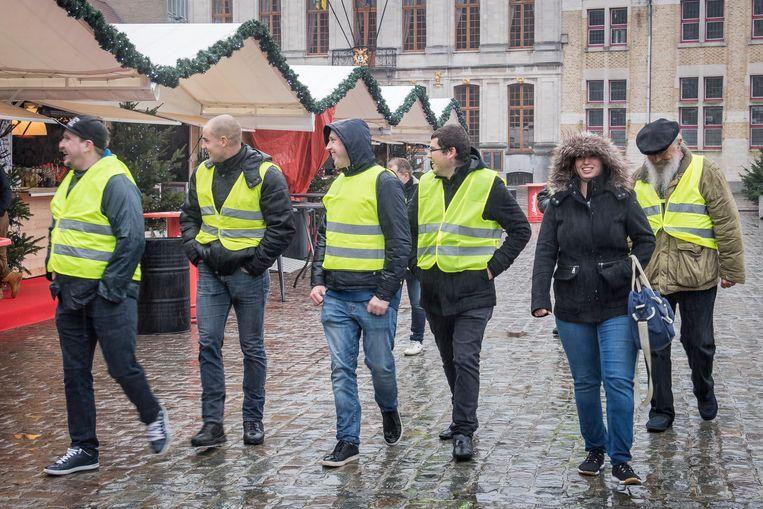 De gele hesjes spreken voorbijgangers aan op de Grote Markt.