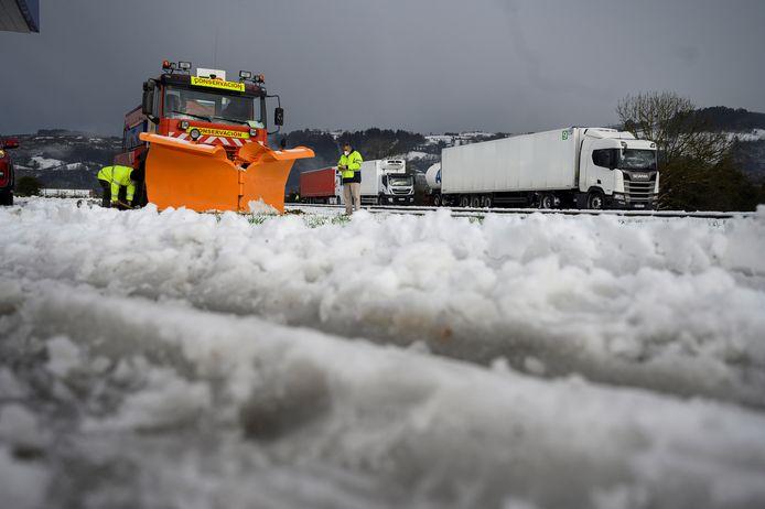 De strooidiensten proberen in Cantabrië de snelweg meer berijdbaar te maken.