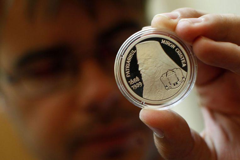De gewraakte Roemeense munt met een afbeelding van Miron Cristea (Reuters) Beeld