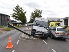 Bestelbus botst tegen tegenligger en ramt lantaarnpaal in Oisterwijk