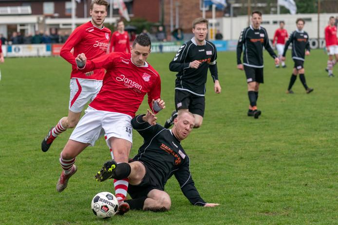 SV Angeren en Jonge Kracht ontmoetten elkaar nog in februari van dit jaar. Het werd 2-2. Hier tracht Niels van Muijen (Angeren) met een tackle Fatih Sprenkel af te stoppen.