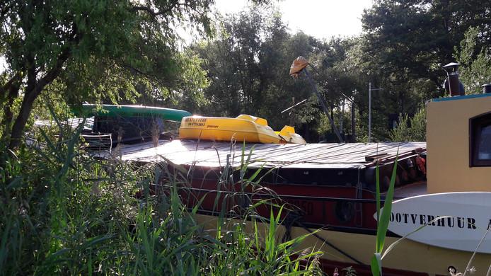 Twee van de negen bootjes op het dek.