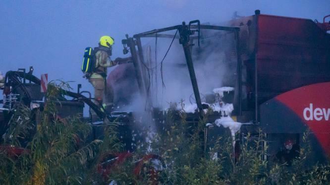 Gloednieuwe landbouwmachine gaat in vlammen op tijdens rooien aardappelveld
