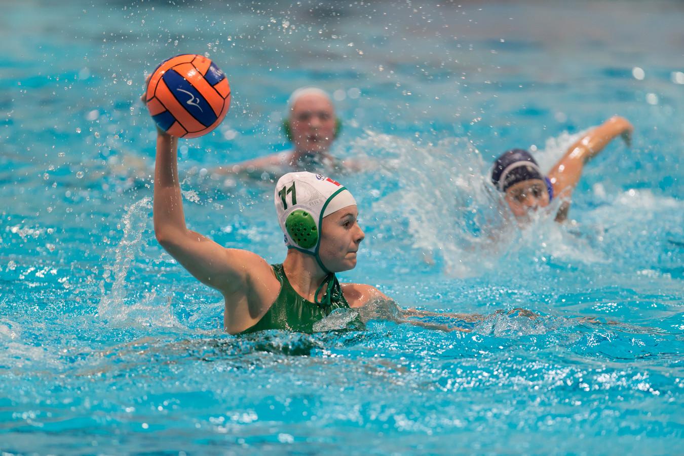 Nina ten Broek waagt een doelpoging als speelster van Polar Bears