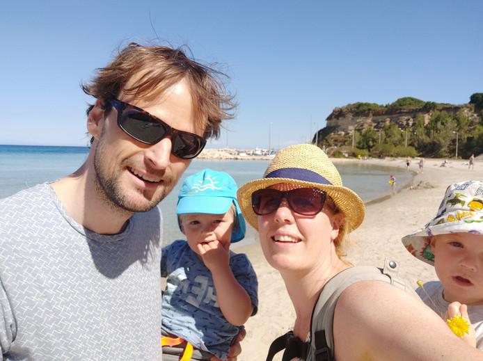 Iris Wijsman met haar echtgenoot en twee zoontjes tijdens een eerdere vakantie.