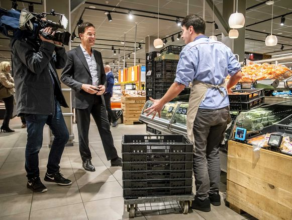 Soms buitelen klanten over elkaar en winkelmedewerkers heen om spullen te pakken. Sommige vakkenvullers zetten daarom kratten om zich heen als zij de schappen bijvullen.