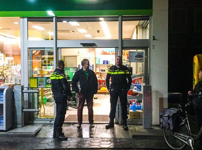 De politie doet onderzoek in het tankstation waar iemand met een masker op binnen kwam.
