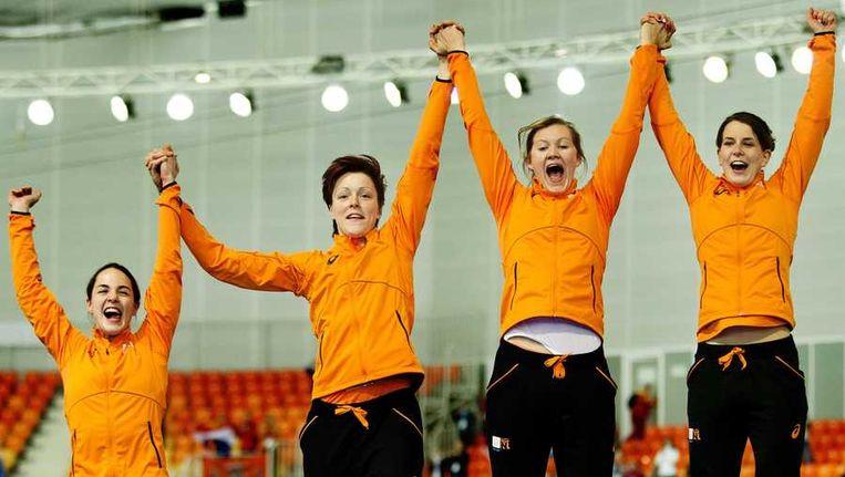 (VLNR) Marrit Leenstra, Jorien ter Mors, Lotte van Beek en Ireen Wust springen op het podium tijdens de prijsuitreiking van de ploegenachtervolging in de Adler Arena tijdens de Olympische Winterspelen. Beeld anp