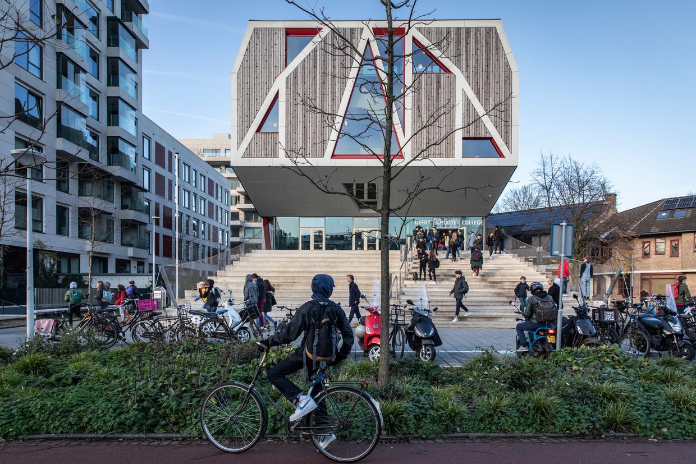 De Geert Groote School, links de middelbare en rechts de basisschool. Beeld Dingena Mol