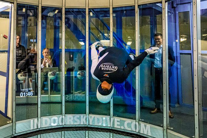 Wethouder Cees Lok en CEO Wim Hubrechtsen van SnowWorld bekijken de capriolen van de instructeurs van Indoor Skydive Roosendaal.