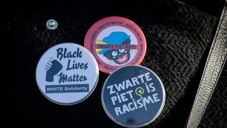 Buttons van de actiegroep Kick Out Zwarte Piet voor de ingang van Ahoy, Rotterdam, 27 november 2016. Beeld anp
