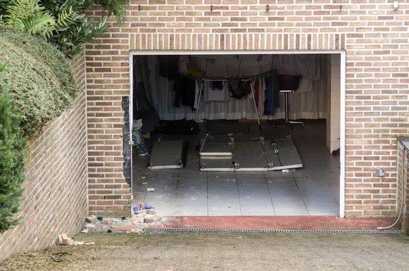 Door de knal van de wagen vloog de garagepoort uit het kader.