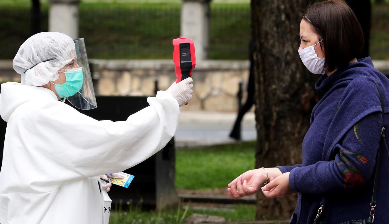 Temperatuurmeting in een ziekenhuis in Sarajevo. Hoogleraar Hein Daanen twijfelt aan de betrouwbaarheid van het pistool. 'Het gaat vaak fout.' Beeld EPA