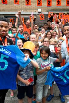 Heldenontvangst voetbalbroertjes Timber in Utrechtse Impalastraat