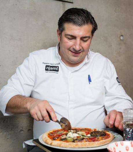 Topchef leert hoe je zelf pizza maakt: 'Ananas hoort absoluut niet op een pizza'