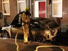 Elektrische wagen verwoest door vuur, vermoedelijk brandstichting