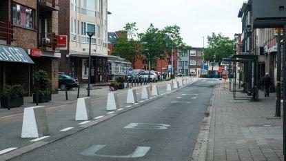 Betonblokken in Spillemaeckersstraat bakenen fietspad af