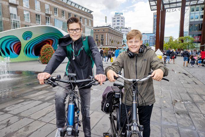 Jongeren met e-bikes. De broers Roel Claassen en Joost Claassen zijn op een elektrische fiets vanuit Beek en Donk naar Eindhoven gekomen.