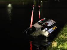 Gestolen auto in water Schieweg in Delft achtergelaten