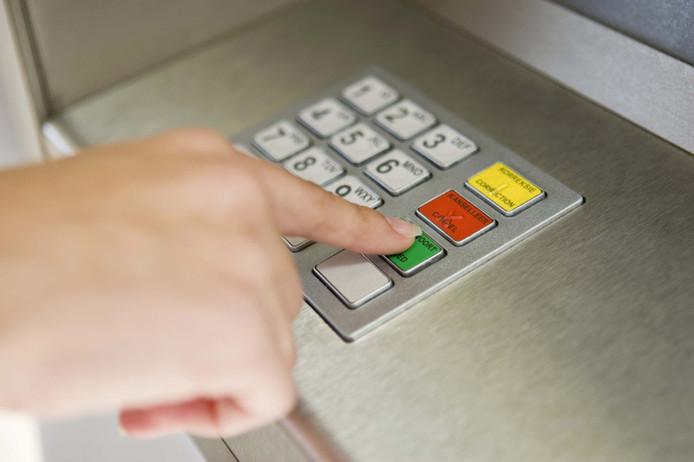 Bij skimming kopiëren criminelen de magneetstrook van een betaalkaart waarna ze de code filmen of registeren.