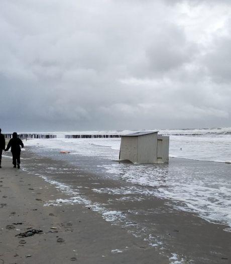 Storm in Zeeland: tientallen strandhuisjes weggeblazen, brandweer rukt 100 keer uit
