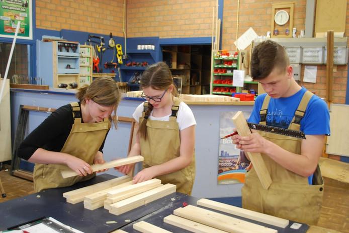 Leerlingen uit de onderbouw van de Vakhavo maken kennis met materialen en technieken in de praktijklokalen van het Calvijncollege op de locatie Kerkpolder/Krabbendijke.