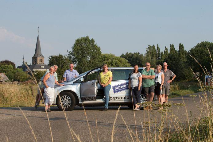 Vrijwilligers bij de dorpsauto in Netterden