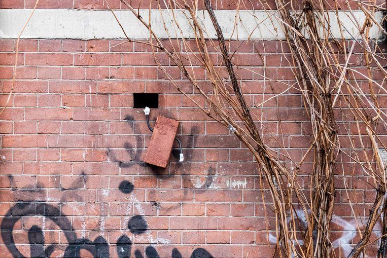 Een uit de muur ontsnapte baksteen in de Hazenstraat. Beeld Frankey