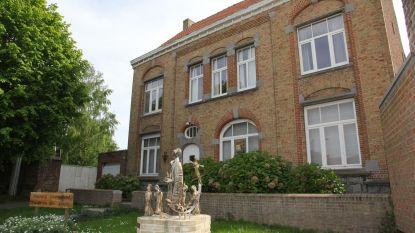 Gemeente koopt en verkoopt eigendommen: onder meer oude pastorie van Westouter gaat onder de   hamer