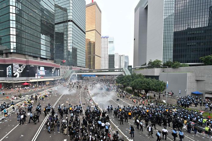 De politie gebruikte traangas om demonstranten tegen te houden die het parlementsgebouw van Hong Kong probeerden te bestormen