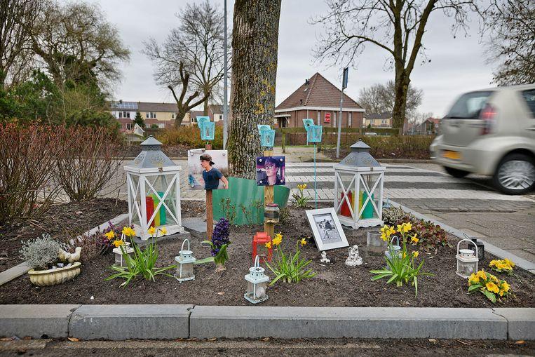 Bij de boom waar de auto tegenaan reed in Anna Paulowna is een monumentje gemaakt voor de drie tieners die om het leven kwamen.  Beeld null