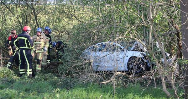 Eenzijdig ongeval op A1 bij Enter: bestuurder met spoed naar ziekenhuis.