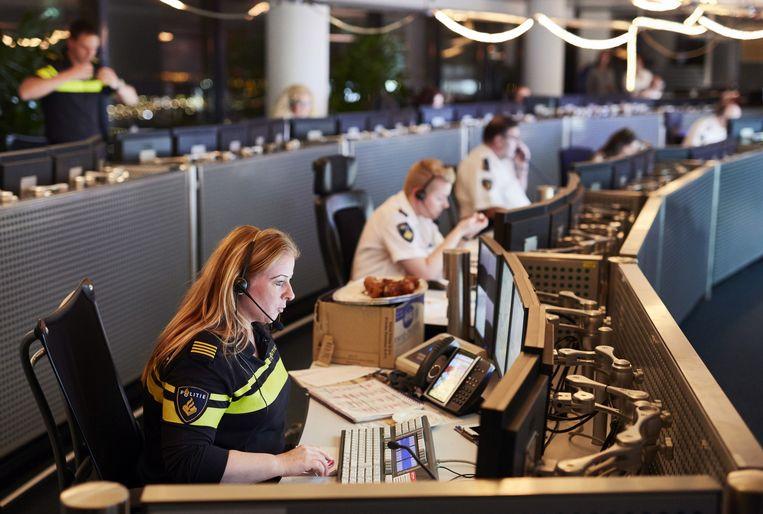 Veel bellers die de meldkamer tijdens de stroomstoring in en om Amsterdam belden, moesten enkele minuten wachten voordat ze iemand aan de lijn kregen. Beeld Jan de Groen