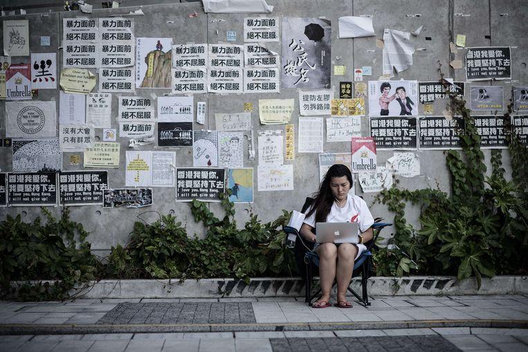 Een Chinese vrouw gebruikt haar laptop. Beeld AFP