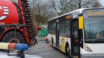 Bus raakt landbouwvoertuig na verkeerd manoeuvre bij afdraaien tijdelijk busplein