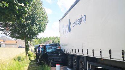 Chauffeur zwaargewond nadat bestelwagen op geparkeerde oplegger inrijdt