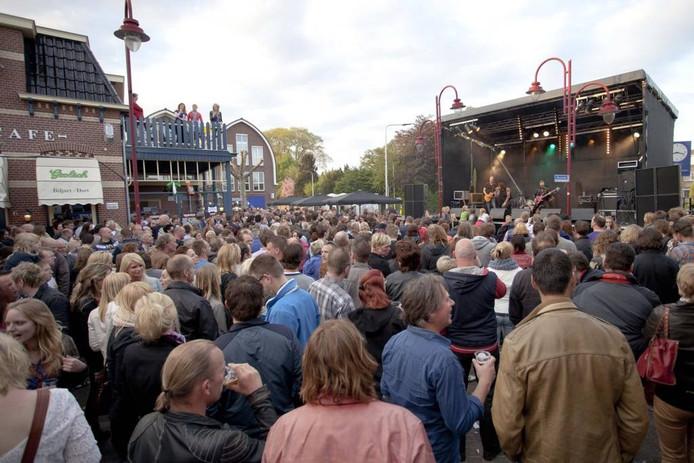 Het Westeinde in Vriezenveen is 'afgeladen' tijdens Randrock. Foto: Mark Troost