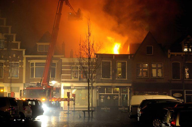 De brandweer bestrijdt een grote brand in het centrum van Alkmaar tijdens de jaarwisseling vorig jaar. Beeld anp