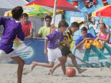 Jaarbeurs daagt Utrechtse scholieren uit voor potje beachvoetbal