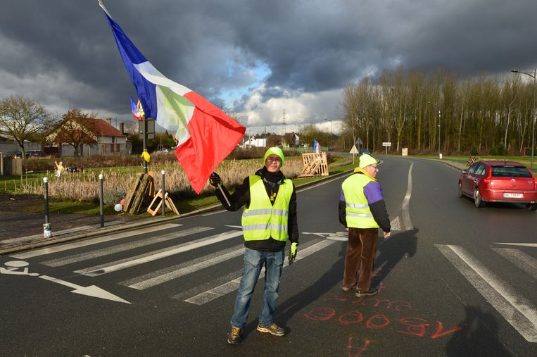 De rotonde bij het Noord-Franse plaatsje Pont-Sainte-Maxence wordt elke dag 'bewaakt' door gele hesjes.  Beeld Kleis Jager