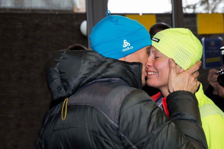 Sofie krijgt bij haar aankomst een dikke knuffel van haar vriend Stef.