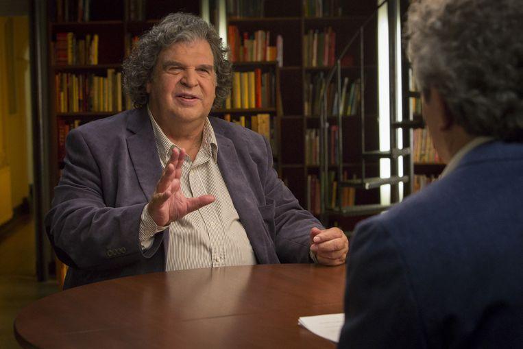 Koen Verbraak interviewt A.F.Th. van der Heijden en andere schrijvers. Beeld NTR/Lilian van Rooij