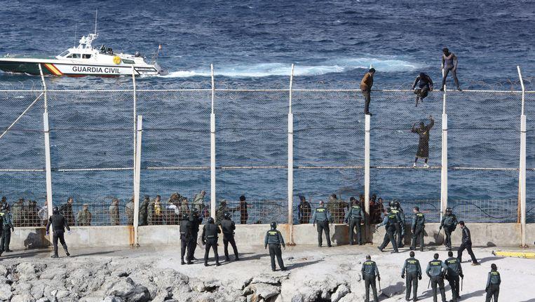 Migranten proberen de Spaanse enclave Ceuta te bereiken voor de kust van Marokko.