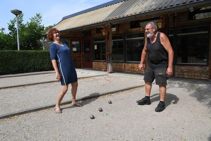 Ton en Hanny Kemmeren hebben de in de wijde omtrek bekende cafézaal Het Vaartje te koop gezet. Dat belemmert het echtpaar niet tot uitbundigheid bij de jeu de boule-baan.
