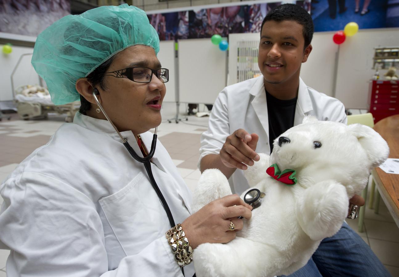 Een verstandelijk gehandicapte vrouw controleert de ademhaling van haar beer. Volwassenen met een geestelijke achterstand en extreme angst voor medici werden woensdag in het Academisch Medisch Centrum in Amsterdam vertrouwd gemaakt met medische ingrepen.